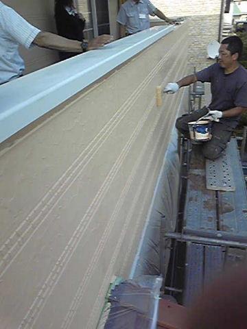 外壁補修 塗装作業中